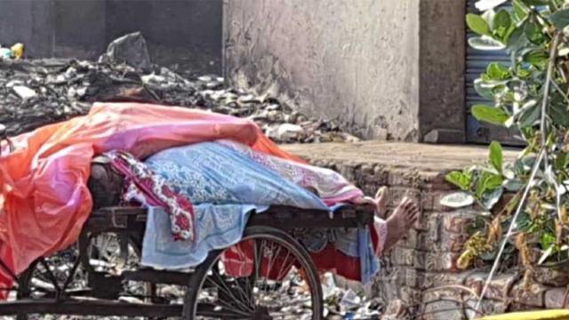 ভারতে রাস্তায় পড়ে আছে করোনায় মৃতদের লাশ