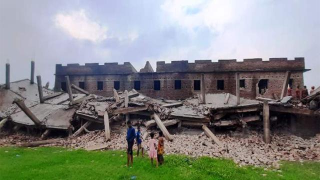 রাজশাহী নগরীতে ধ্বসে পড়েছে চারতলা ভবন